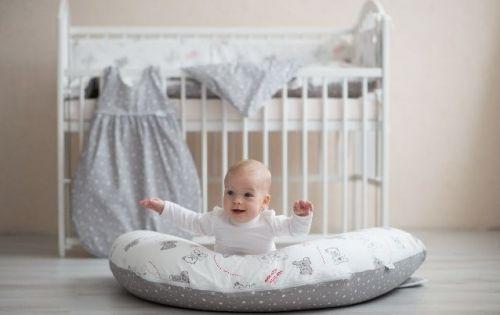 Kojící polštář Little Angel jako hrací hnízdečko pro miminko