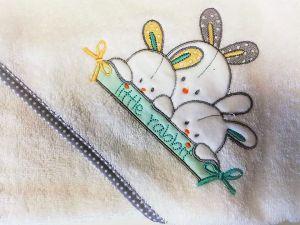 Osuška froté s kapucí a žínkou, bílá s králíčky